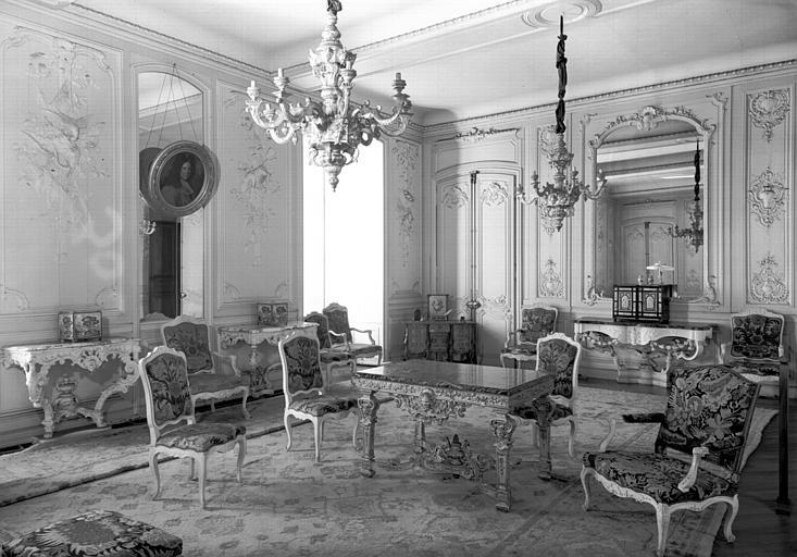 6 fauteuils, 6 chaises, 2 tabourets, devant de feu