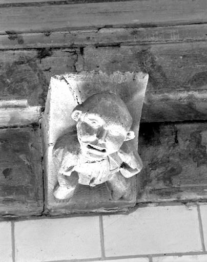 blochet sculpté : buste grimaçant.