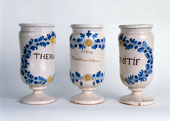 ensemble de 5 pots à pharmacie n° 3 dits albarelli