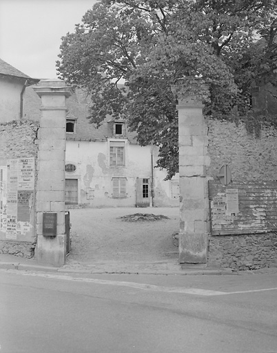 prieuré du Rosaire ; église paroissiale Saint-Pierre actuellement maison