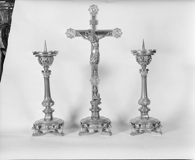 ensemble d' 1 croix d'autel et de 6 chandeliers d'autel dit garniture d'autel