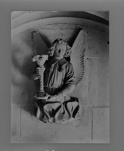 ensemble de 5 statues : Anges aux instruments de la Passion