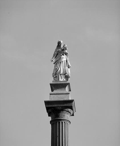 colonne ; statue : Vierge à l'Enfant