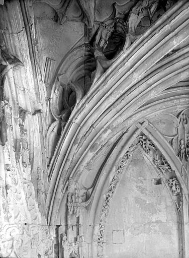 Photo de Vue intérieure du porche : Départ d'un arc du monument Eglise de Saint-Etienne-le-Vieux (ancienne) Caen