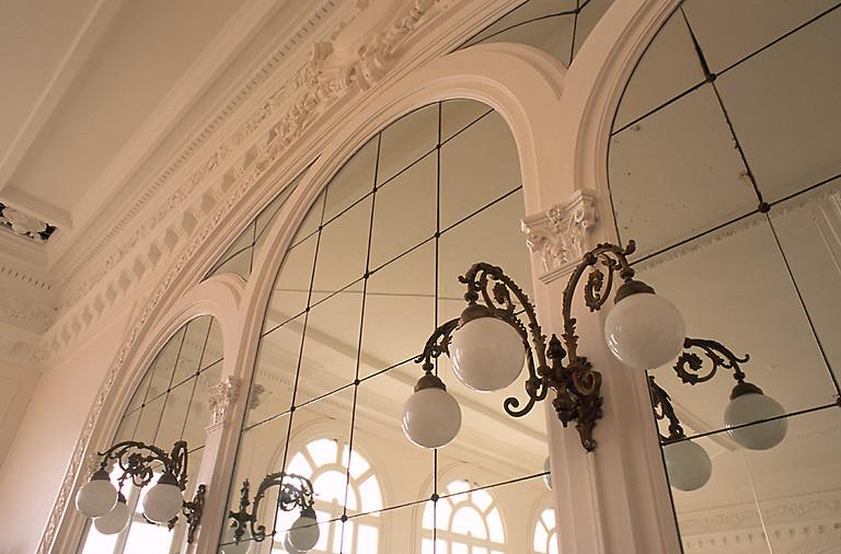 salle des fêtes dite Salons Perthuis et cinéma, actuellement magasin de commerce