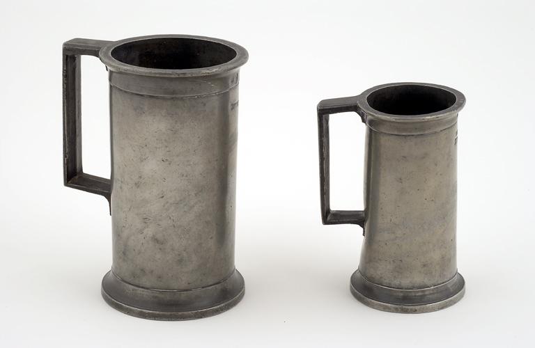 pichets ; ensemble de 2 pots à vin