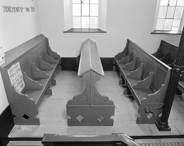 ensemble de 20 bancs de synagogue et de 2 pupitres