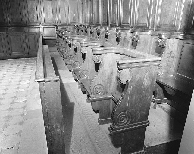 ensemble de 32 sièges liturgiques protestants