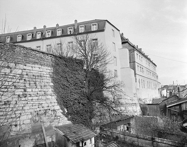 ensemble fortifié dit château