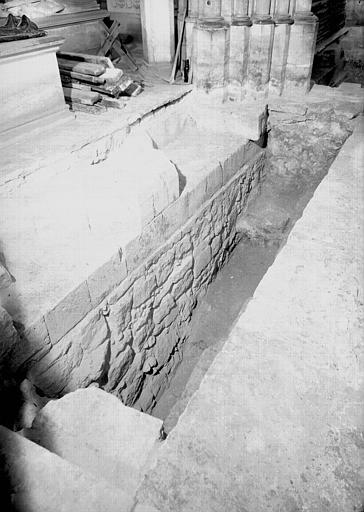 Visite des sépultures mérovingiennes, dans la zone des fouilles archéologique, sous la basilique - - samedi 10 décembre 2011  –  Sap01_52p00431_p