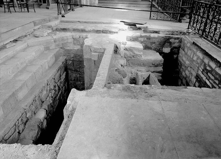 Visite des sépultures mérovingiennes, dans la zone des fouilles archéologique, sous la basilique - - samedi 10 décembre 2011  –  Sap01_52p00556_p