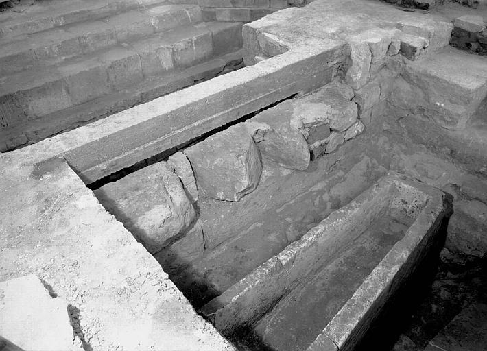 Visite des sépultures mérovingiennes, dans la zone des fouilles archéologique, sous la basilique - - samedi 10 décembre 2011  –  Sap01_52p00558_p