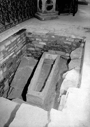 Visite des sépultures mérovingiennes, dans la zone des fouilles archéologique, sous la basilique - - samedi 10 décembre 2011  –  Sap01_52p00559_p