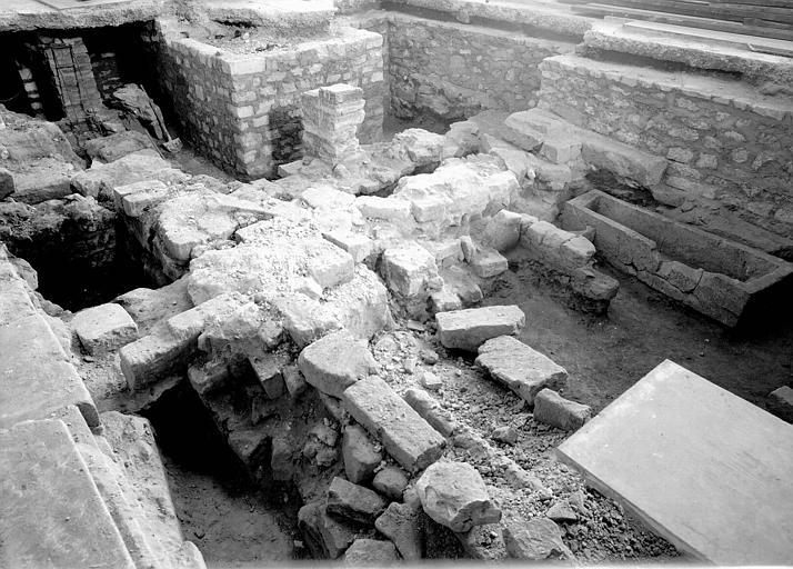 Visite des sépultures mérovingiennes, dans la zone des fouilles archéologique, sous la basilique - - samedi 10 décembre 2011  –  Sap01_52p00588_p