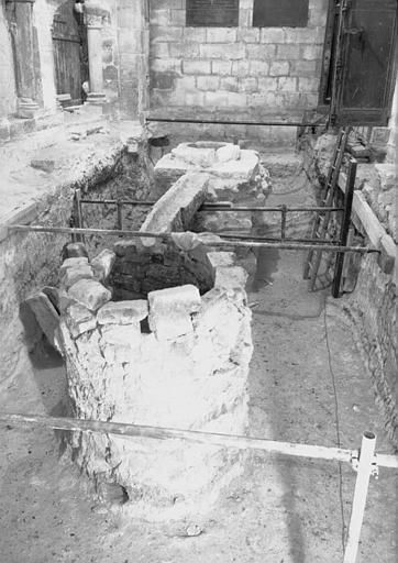 Visite des sépultures mérovingiennes, dans la zone des fouilles archéologique, sous la basilique - - samedi 10 décembre 2011  –  Sap01_52p00737_p
