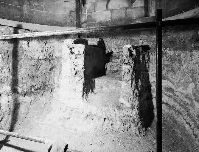 Visite des sépultures mérovingiennes, dans la zone des fouilles archéologique, sous la basilique - - samedi 10 décembre 2011  –  Sap01_52p00740_p