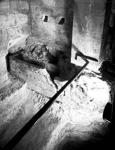 Visite des sépultures mérovingiennes, dans la zone des fouilles archéologique, sous la basilique - - samedi 10 décembre 2011  –  Sap01_52p00741_p
