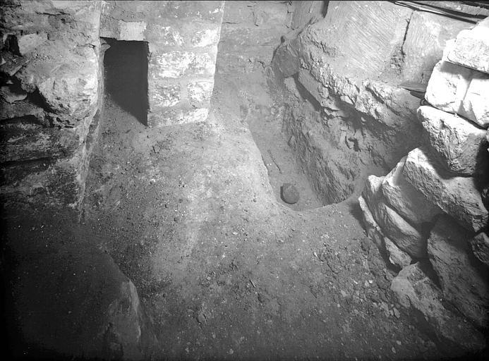 Visite des sépultures mérovingiennes, dans la zone des fouilles archéologique, sous la basilique - - samedi 10 décembre 2011  –  Sap01_54p00752_p