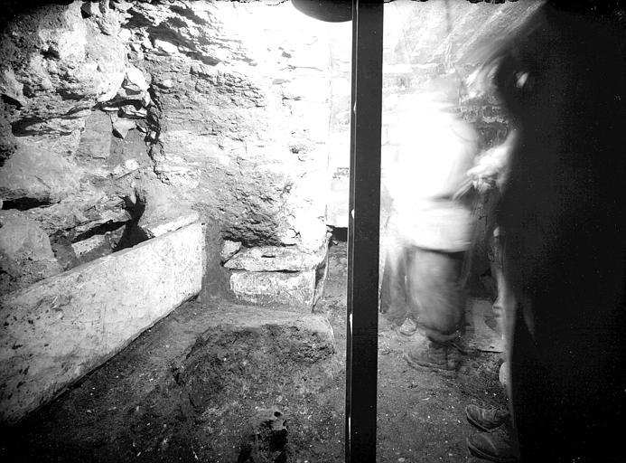 Visite des sépultures mérovingiennes, dans la zone des fouilles archéologique, sous la basilique - - samedi 10 décembre 2011  –  Sap01_54p00753_p