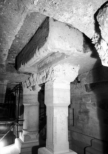 Visite des sépultures mérovingiennes, dans la zone des fouilles archéologique, sous la basilique - - samedi 10 décembre 2011  –  Sap01_57p00504_p