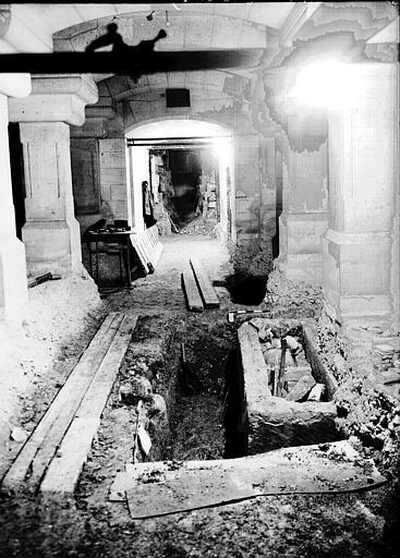 Visite des sépultures mérovingiennes, dans la zone des fouilles archéologique, sous la basilique - - samedi 10 décembre 2011  –  Sap01_57p00793_p