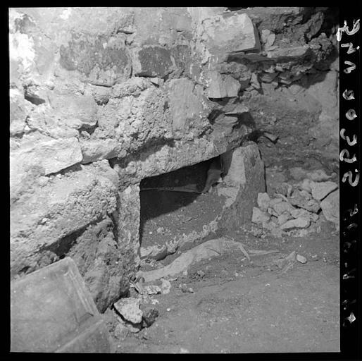 Visite des sépultures mérovingiennes, dans la zone des fouilles archéologique, sous la basilique - - samedi 10 décembre 2011  –  Sap01_54v00395_p