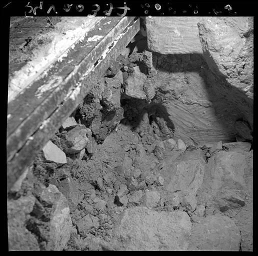 Visite des sépultures mérovingiennes, dans la zone des fouilles archéologique, sous la basilique - - samedi 10 décembre 2011  –  Sap01_54v00397_p