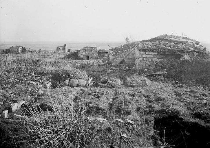 Photo de Observatoires 11, 12 , 15 du monument Terrains de zone rouge Montfaucon-d'Argonne