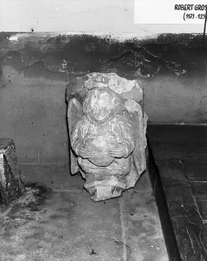 cul-de-lampe : ange portant un écu