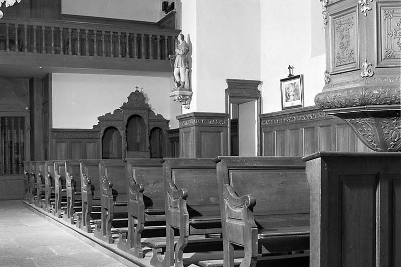 22 bancs de fidèles, lambris de demi-revêtement