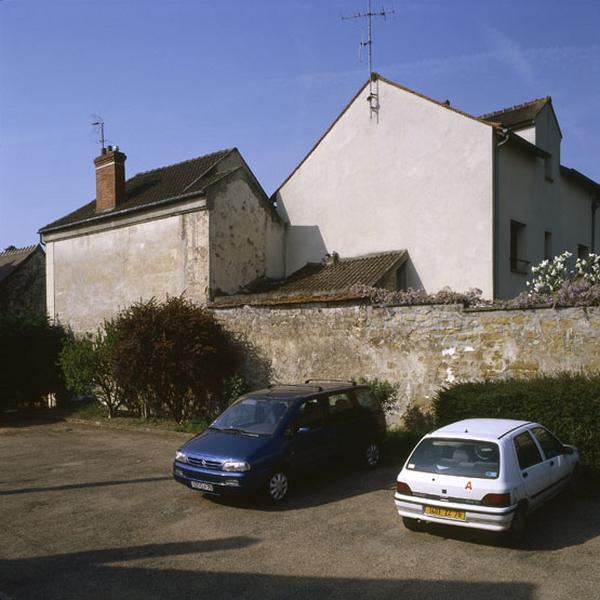 maison de campagne ; mairie-école ; presbytère, actuellement copropriété