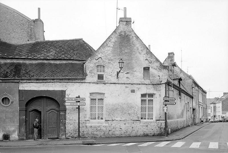 Relais de poste (?), ou hôtel (?), actuellement maisons