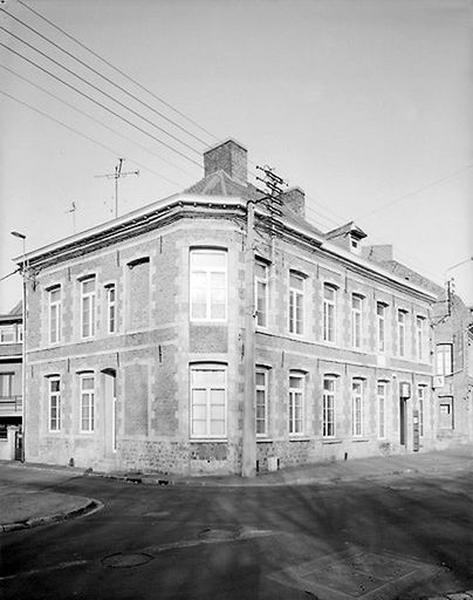 Série de 3 maisons, actuellement établissement administratif (ASSEDIC)