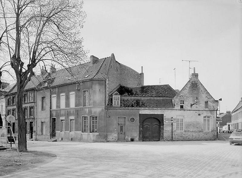 Place Verte ; Relais de poste ou hôtel (?), actuellement maisons
