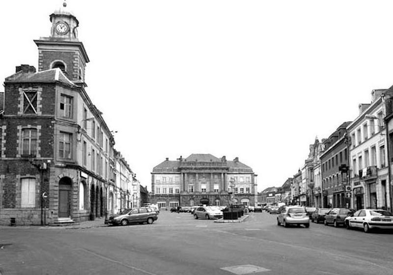 Place d'Armes, actuellement place Pierre-Delcourt ; Ensemble d'édifices derrière façade (hôtel de ville, maisons), actuellement hôtel de ville ; Ensemble d'édifices derrière façade (corps de garde, beffroi, maisons)