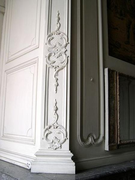 Ensemble du décor de la salle des bateliers (plafond, lambris de hauteur, lambris d'appui, placards (2), manteau de cheminée, trumeau de cheminée, dessus-de-porte, tableau)