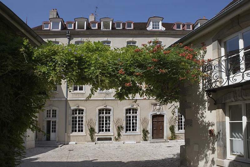 maisonde chanoine dite hôtel du Chambrier ou de Grammont, actuellement Conseil régional