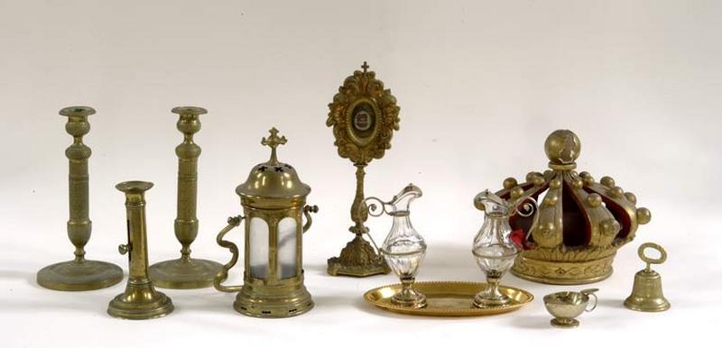 bougeoirs, lanterne, reliquaire, burettes et plateau, couronne de statue, coquille de baptême, clochette d'autel