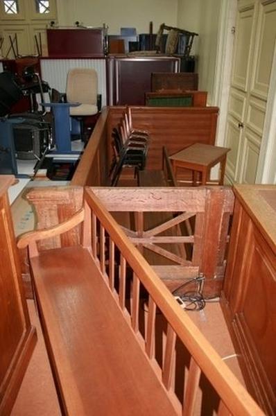 Estrade, table, tables à écrire (5), bancs (14), garde-corps (3), pupitre, fauteuil