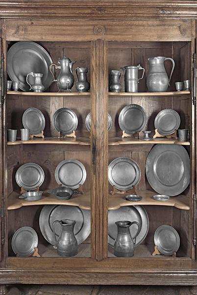 assiettes, plats, pichets et gobelets