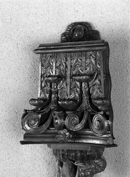 ensemble de vestiges de retable : tabernacle, socle, chapiteaux, reliefs à tête d'ange