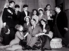 Ionesco entouré de ses interprètes de sa pièce le soir de la première