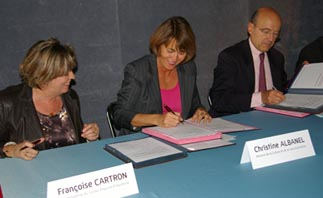signature par Madame la ministre de la convention Sur l'opéra de Bordeaux
